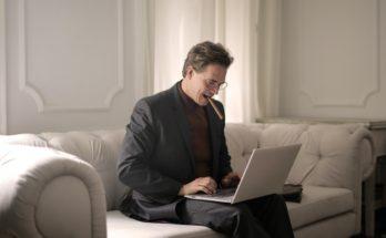 man smoking on sofar with laptop
